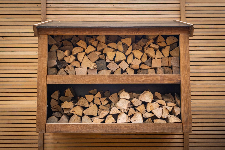 Hout voor houtkachel overdekt aan de achterzijde van de cabin