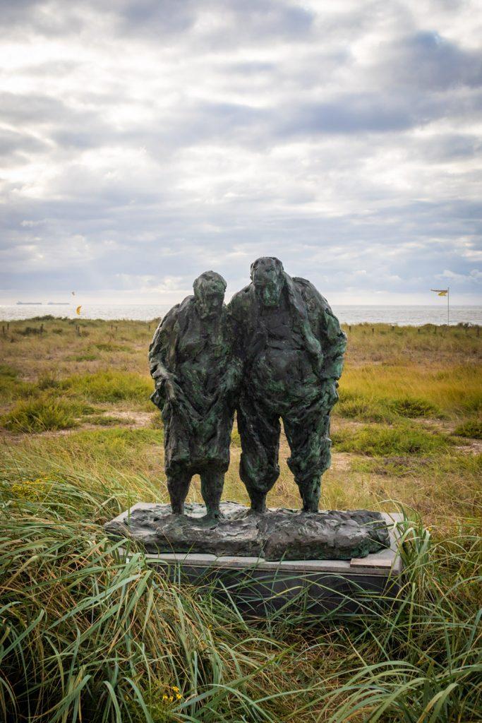 Wat te doen in Katwijk: standbeeld Pootjebaden van ouder echtpaar