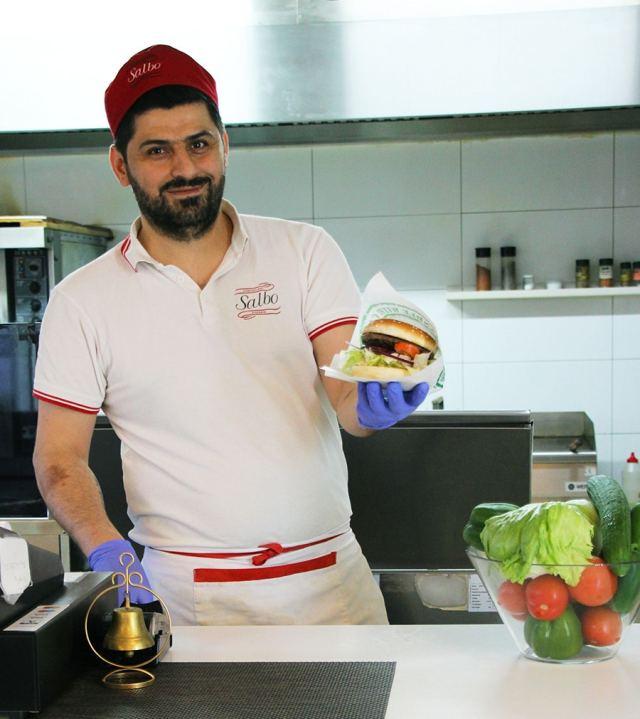 Niyaz serverar Gröna Hagars hamburgare