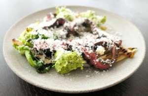 Grillad rostbiff, syrligt ramslöksmör, grillad sallad med parmesan och vit sparris.