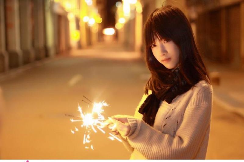 花火を楽しむ美女、このような絵は空想でしかありません
