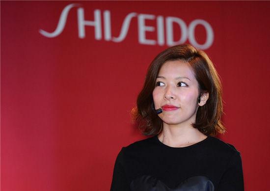 以前、中国におけるイベントで講演する武田玲奈さん(メイクアップアーティスト)