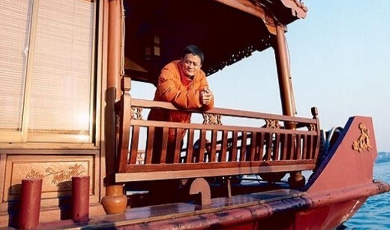 浙江省杭州市の西湖で悠々と舟の上から笑顔を見せるジャック・マー(馬雲)