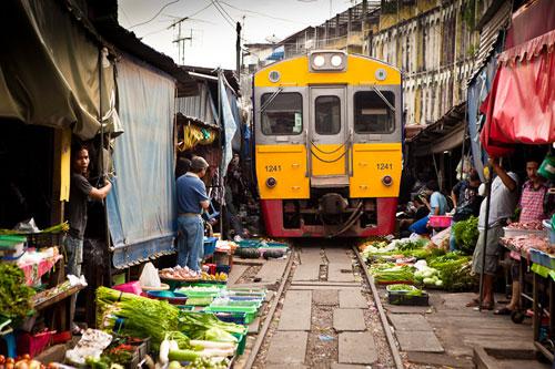 バンコク市内のマーケットを貫く鉄道路線