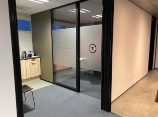 Zandstraalfolie kantoor met logo