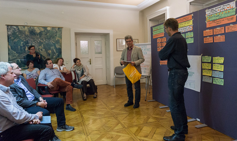 Bürgermeister Peuker bedankt sich bei den Teilnehmenden der Szenariowerkstatt in Großschönau (September 2016).