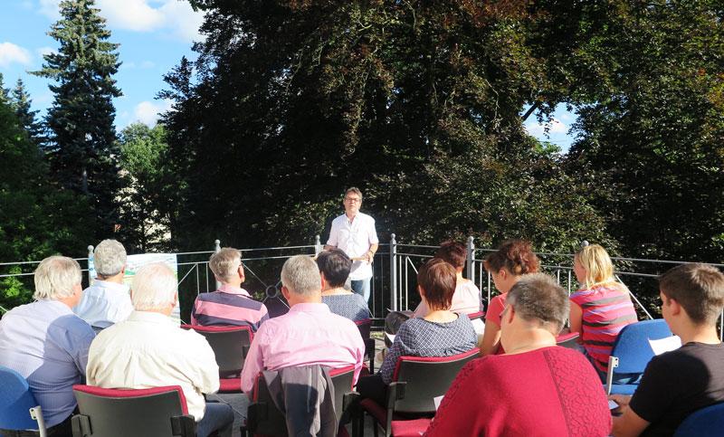 Dr. Peter Dehne liest die Zukunftsgeschichte: Grossschoenau2030 vor.