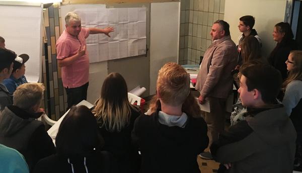 Herr Hummel erklärt die aktuelle Planung zum Busbahnhof und die Anbindungen des ÖPNV