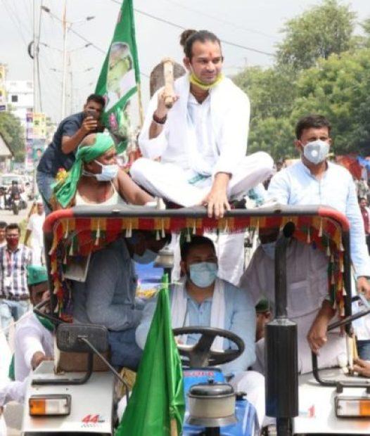 Bharat Band 2020 : किसान बिल के विरोध में सड़कों पर ट्रैक्टर लेकर उतरे तेजस्वी यादव