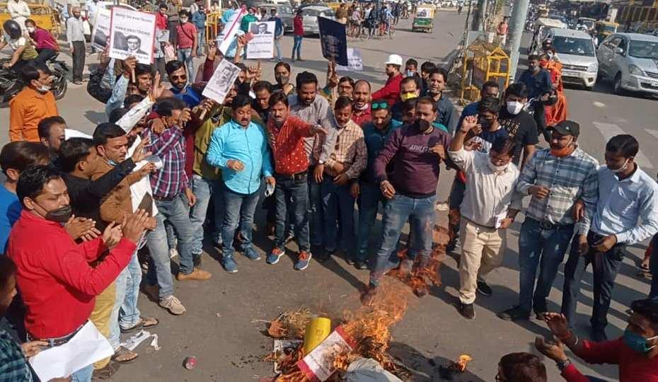 Kanpur Press Club : पत्रकारों ने अर्णब की गिरफ्तारी के विरोध में फूंका उद्धव ठाकरे का पुतला