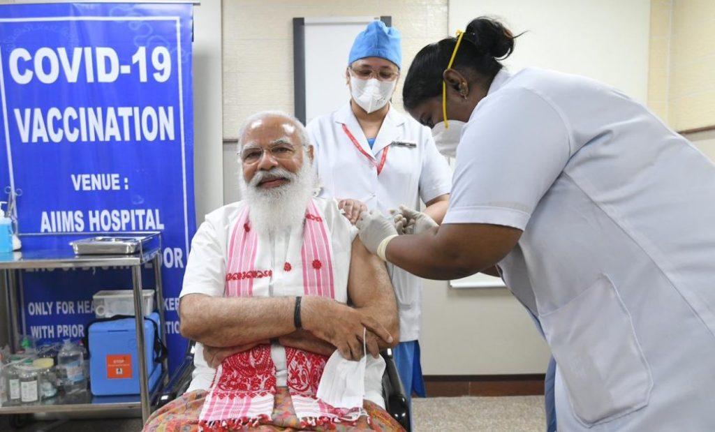 पीएम मोदी ने लगावाई वैक्सीन