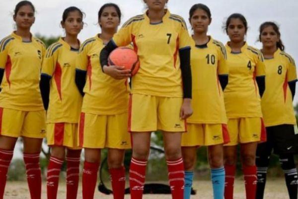 ग्रामीण लड़कियों की आजादी की डोर बनी फुटबॉल