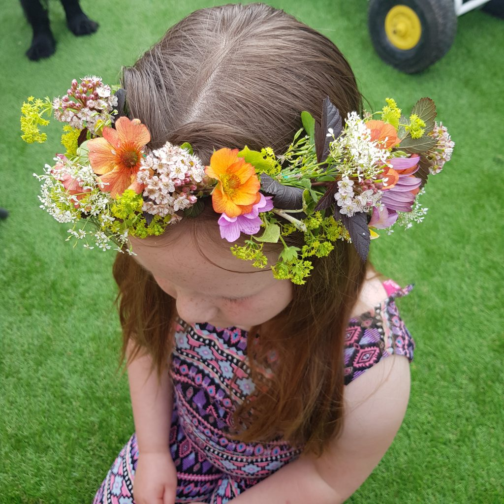 Use flowers from your garden to make a Flower crown, it's fun, simple and beautuful craft to try with your kids. Easy way to brighten their hair for any party and a fun way to spend time together.