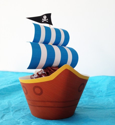 Pirate ship cupcake for pirate party. Free printables!