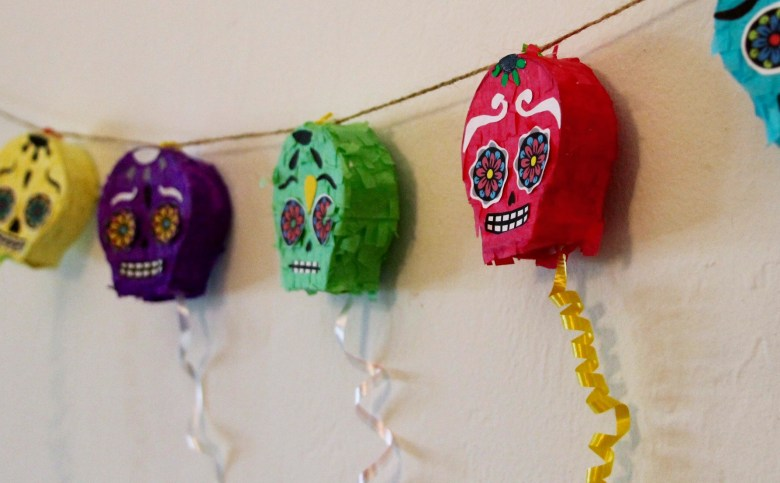 Day of the Dead sugar skull mini pull piñata garland