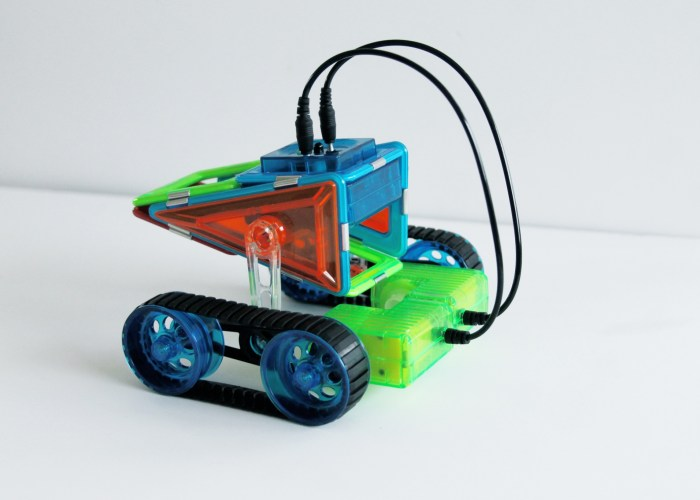 GeoSmart: A Smart Construction Toy That Teaches STEM