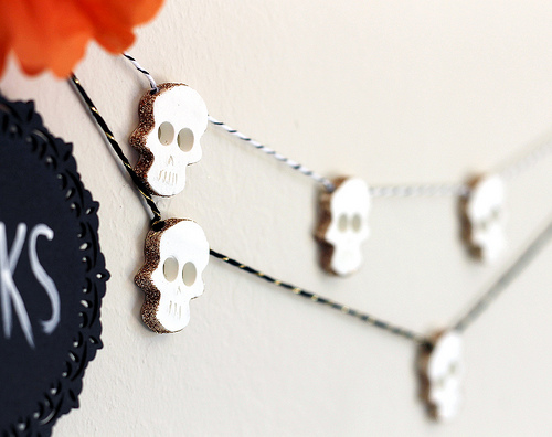 Glittered Skull Garland plus 15 easy Day of the Dead Crafts for kids. These make the perfect art project for kids to learn about Dia de los Muertos