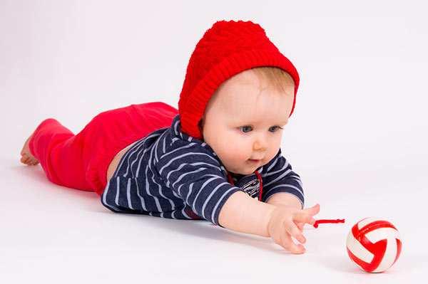 Массаж для ползания ребенка. Достижения первого года: когда кроха начинает ползать? Если ребенок не желает ползать