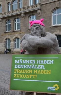 """Männer haben Denkmäler, Frauen haben Zukunft an der Statue """"Die große Verweigerung"""""""