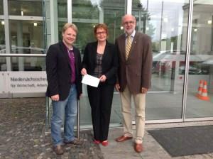 Vor dem Landesministerium für Wirtschaft, Arbeit & Verkehr in Hannover (v.l.n.r.): Gerald Heere, Daniela Behrens & Detlef Tanke (31.07.2014)