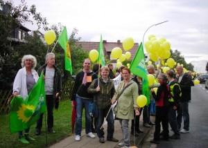 """Susanne Schmedt, Klaus John, Carsten Schröter, Gerald Heere und Gesche Hand (v.l.n.r.) beim """"Atomalarm"""" in Thune (14.09.2013)"""