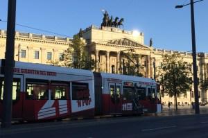 Stadtbahn vor der Schlossfassade in Braunschweig