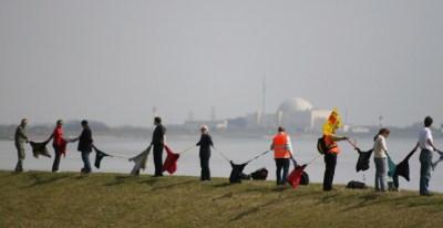 Menschenkette gegen Atomkraft - schaltet das belgische Atomkraftwerk Tihange ab