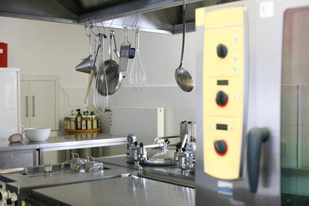 Die Küche ist für 100 Mahlzeiten ausgelegt.