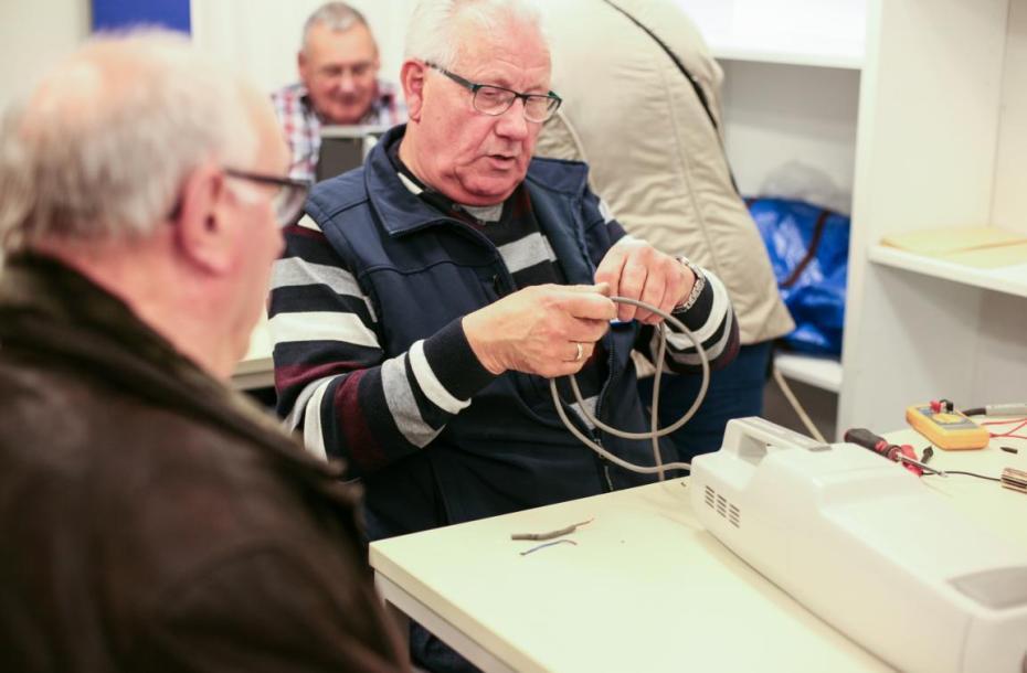 Repair Café in Meinerzhagen, versierte Rentner helfen bei der Reparatur und Wartung