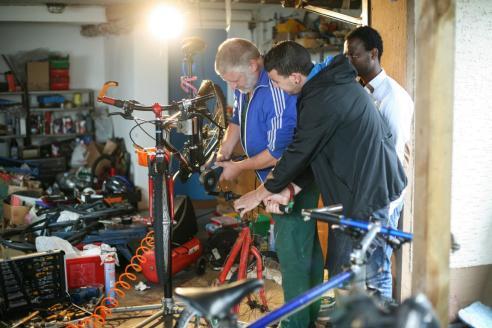 Jörg Hornung hat hinter seinem Haus eine Werkstatt eingerichtet. Hier kommen jeden Samstag für ein paar Stunden Menschen unterschiedlicher Nationalitäten zusammen, um Zweiräder straßenverkehrstauglich zu machen.