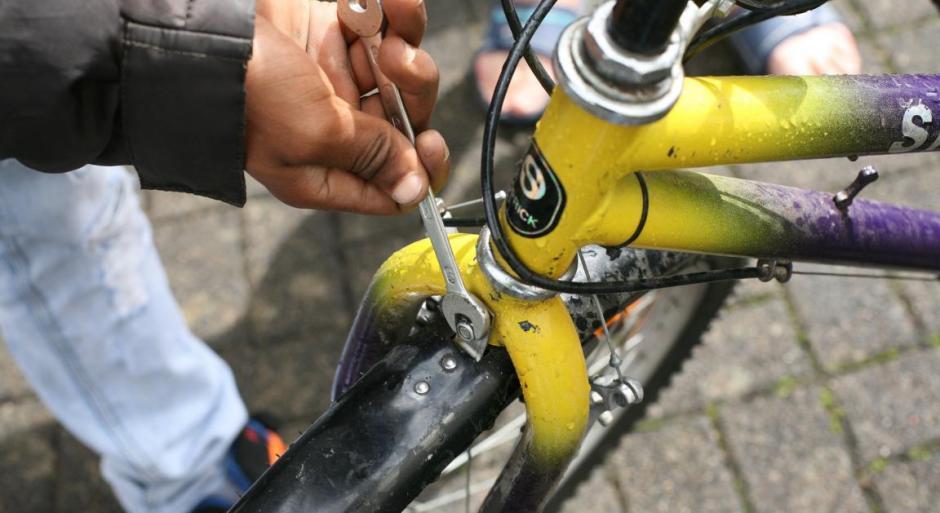 Jörg Hornung repariert Fahrräder mit Flüchtlingen © Meinerzhagen/Foto: Stefanie Schildchen