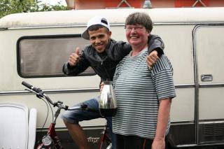 Belinda Narweleit, hier mit Mohammed Hamai, 23, aus Algerien, bewirtet den Besuch mit Kaffee, Saft und Keksen.