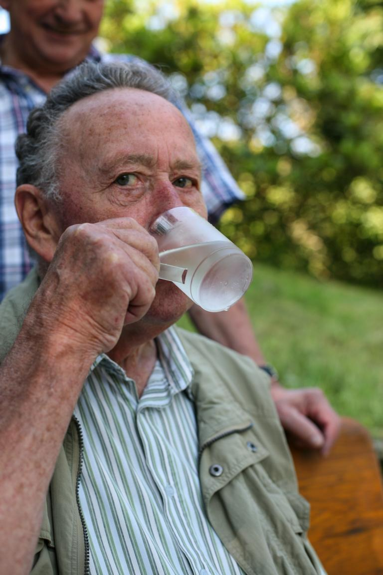 Otto Schwarz trinkt Quellwasser. © Foto: Stefanie Schildchen