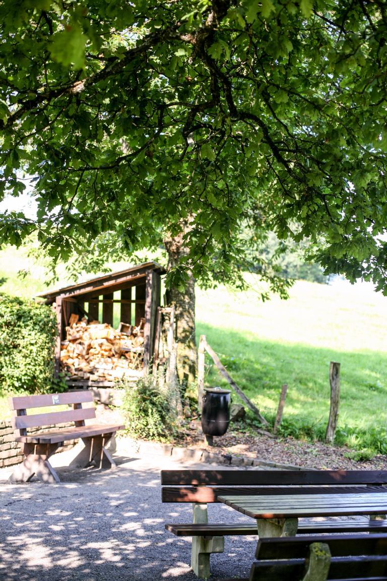 Bänke an der Volmequelle. © Foto: Stefanie Schildchen