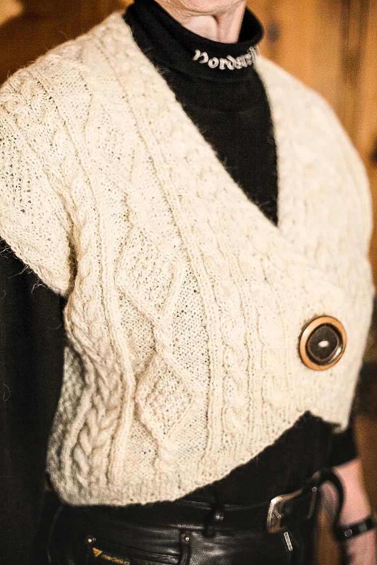 Selbstentworfene Weste mit einem Aran-Muster. © 2016 Foto: Stefanie Schildchen