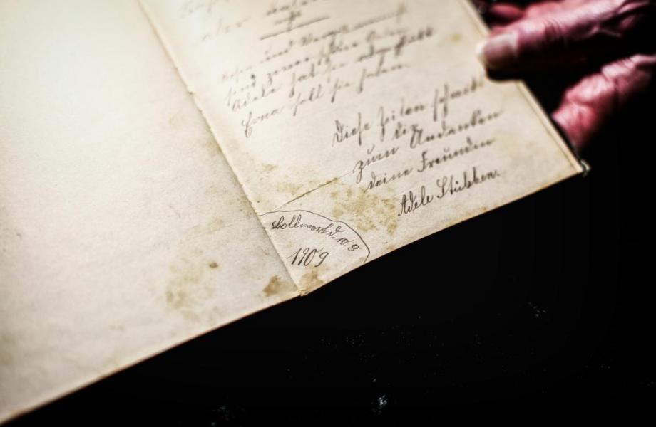 Spruch aus dem Jahr 1909, verfasst von einem Mädchen aus Kierspe-Bollwerk.  © Foto: Stefanie Schildchen