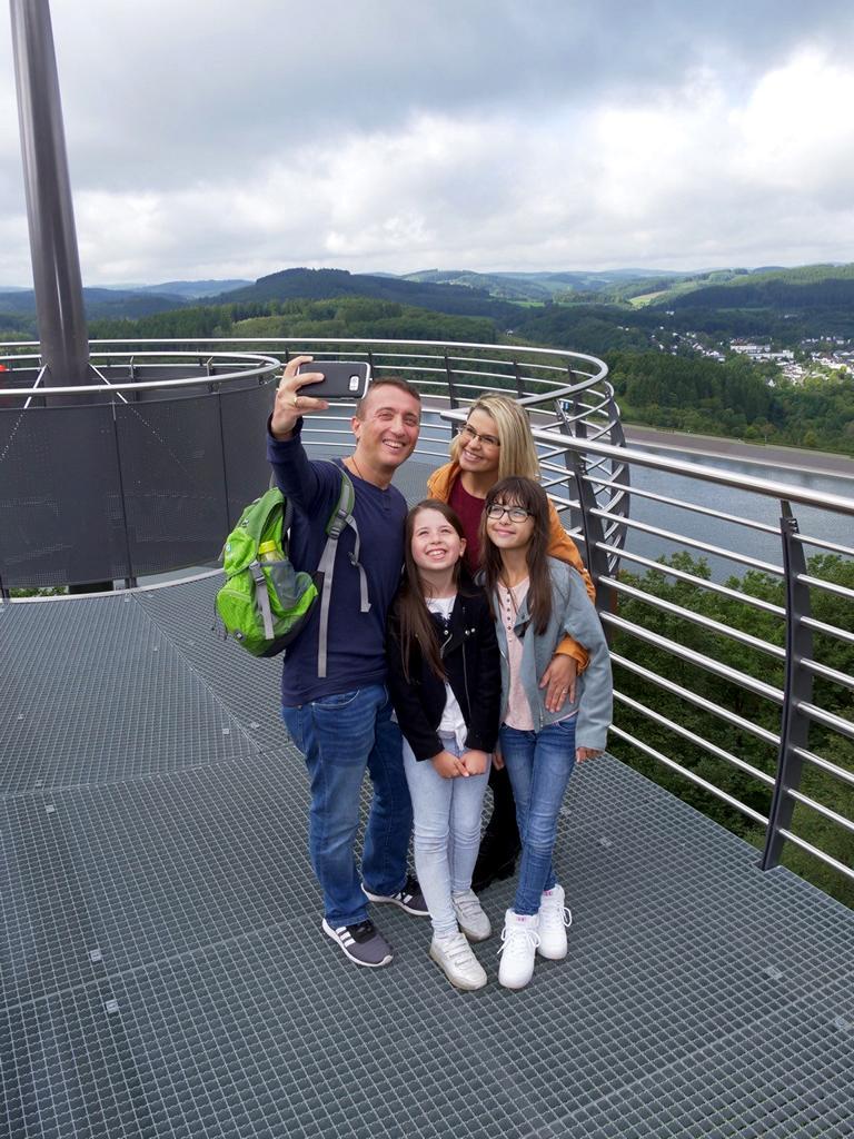 """Familien-Selfie am """"Biggeblick"""" in Attendorn"""