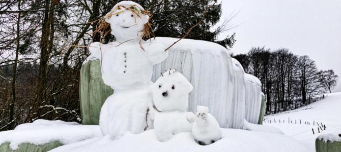Schneefamilie mit Schneetier