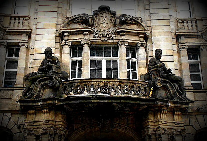 Figuren auf Balkon