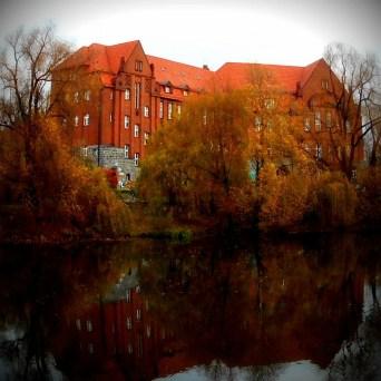 Weissensee -Alte Schule im Wasserspiegel