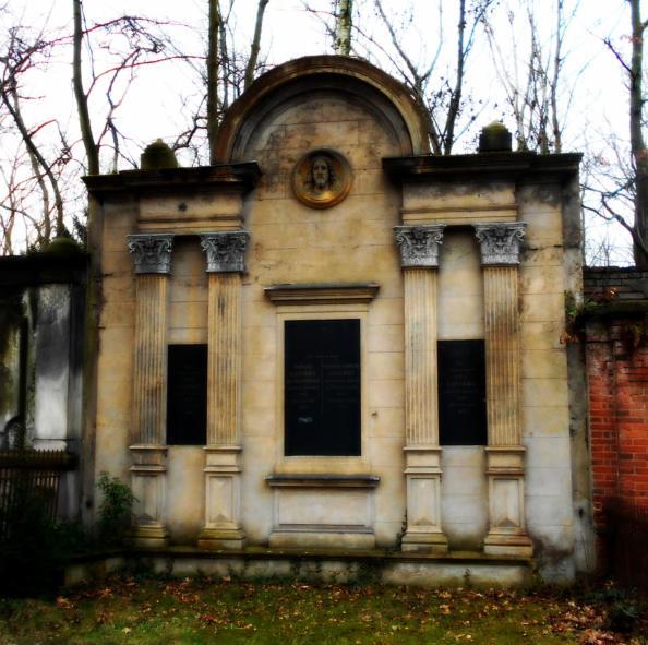 Altes Grabmal mit Jesuskopf