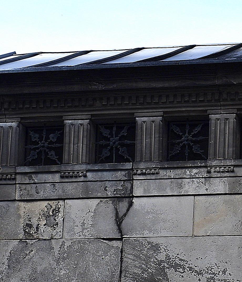 Fensterschmuck an Gruft
