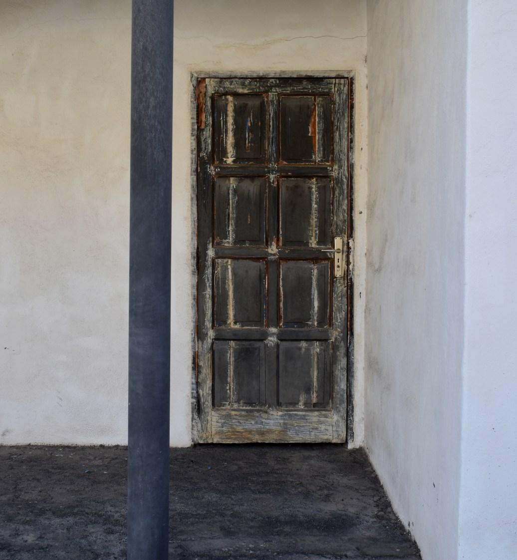 Alte Tür mit Säule