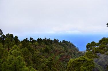 Blick über das Tal zum Meer