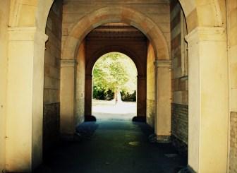 Durch das Tor