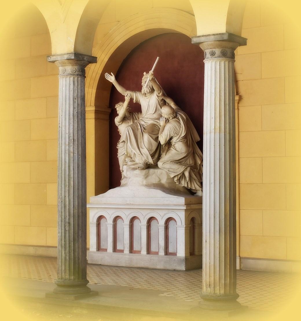 Skulptur durch Torbogen