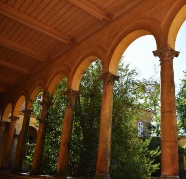 Torbogen mit Säulen