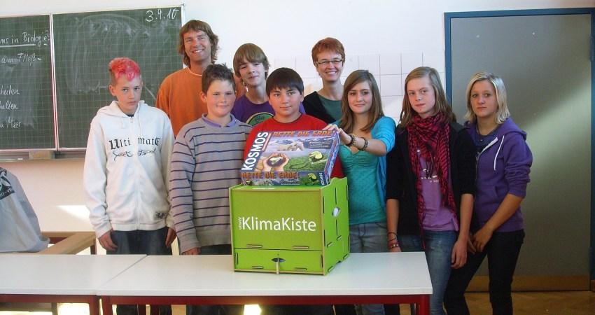 Ute Koczy übergibt eine Klimakiste an die GS Brake