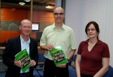 Michaela Krause, Dr. Burkhard Pohl und Detlef Höltke mit Wahlprogramm