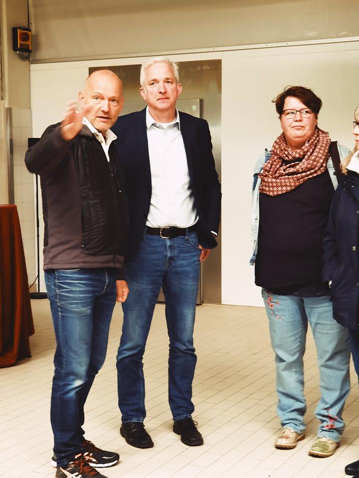 Jörg Meffert erklärt MdL Norwich Rüße und Ortsverbandssprecherin Tanja Kersting Abläufe in der Backstube